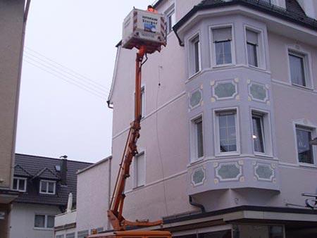 Freileitungsarbeiten an einer Straßenbeleuchtung